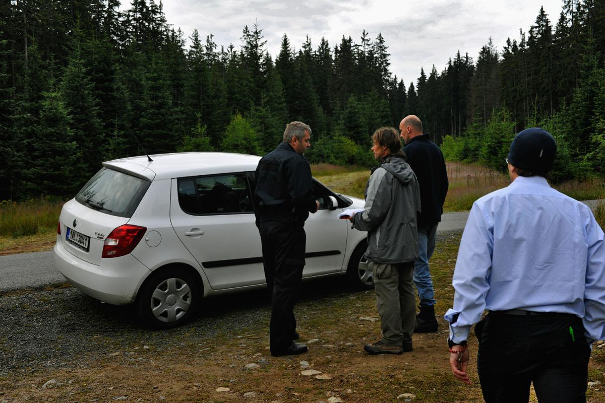 Na jednání s policejní inspekcí. Dotáhl jsem ji tam, ale byli k ničemu. Jezdili autem okolo a vůbec se nechtěli jít podívat do lesa na probíhající zásah.